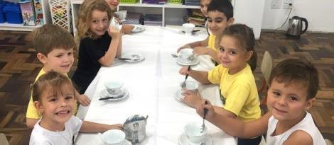 Empatia e sensibilidade no Chá das Maravilhas dos Níveis 5 da Educação Infantil